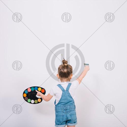 Boya Yapan Küçük Kız